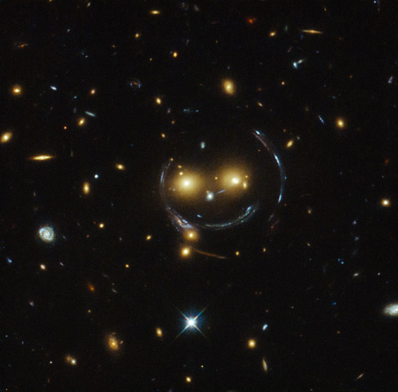 Hubble fotografía un lente gravitacional sonriente