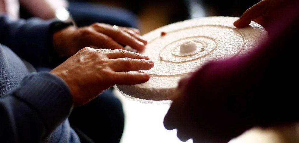 Mirar el Universo con las manos: Charla #AstroUDP para personas con ceguera