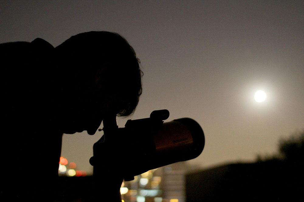 """Núcleo de Astronomía UDP inauguró """"Charlas y noches de observación"""""""